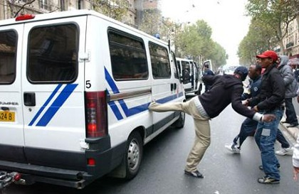 http://francaisdefrance.files.wordpress.com/2011/11/racailles-contre-car-police.jpg