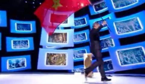 Antoine De Caunes plantant le drapeau marocain sur la scène des Césars à la demande du Président Debbouze !