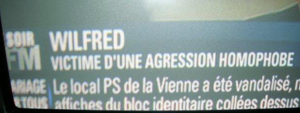 le sous-titrage indique UNIQUEMENT -Wilfred, victime d'une agression homophobe- et _non pas_ comme auparavant -Wilfred _De Bruijn_, victime d'une agression homophobe-